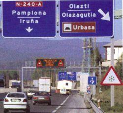 С годами 80 некоторые дорожные инфраструктуры становятся зависимыми от регионов, которые они пересекают. В картине, дорога в Наварре.